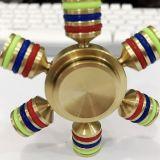 El hilandero de cobre amarillo de la persona agitada de la mano del rodamiento del balanceo de la aleación del metal juega el cubo
