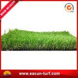 인공적인 잔디밭 양탄자 잔디를 정원사 노릇을 하는 정원