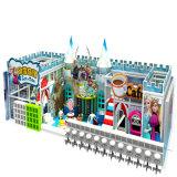 Campo de jogos interno do castelo impertinente grande das crianças do disconto
