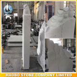 Monumento del basalto con il Headstone intagliato degli uccelli