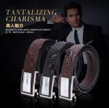 ファッションビジネスの金属は本革ベルトの人ベルトにベルトを付ける