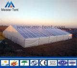 Grande tente d'exposition utilisée pour la noce