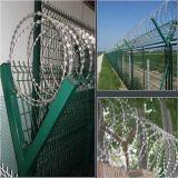 Parte superiore di plastica della barriera di sicurezza dell'aeroporto con la bobina del collegare del rasoio