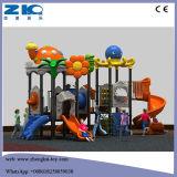 Kind-im Freienübungs-Geräten-Schule-Spielplatz