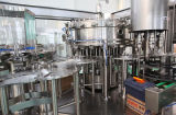 Разлитая по бутылкам вода соды/искриться обрабатывая машинное оборудование