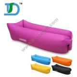 Luft, die wasserdichtes Infatable Sofa füllt