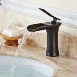 O petróleo fricionou o Faucet de bronze do dissipador do banheiro