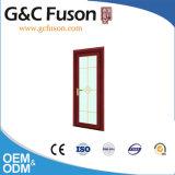Деревянным дверь комнаты ливня цвета прикрепленная на петлях алюминием