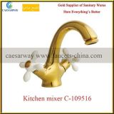 Faucet кухни изделий золотистой перекрестной ручки санитарный