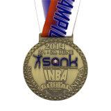 Medalha de bronze antiga do basquetebol do esmalte com colhedor