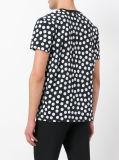 Camiseta negra de los hombres en los puntos blancos