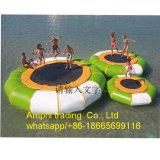 I trampolini di galleggiamento gonfiabili dell'acqua, innaffiano combinato, giochi della sosta dell'acqua