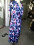 Form-Blume, die reizendes Dame-Kleid bezaubert