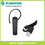 O rádio entrega auriculares livres com micro cabo do carregador do USB