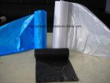 Bolsos de basura plásticos en el rodillo