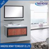 Vanité non finie en acier fixée au mur de salle de bains avec le miroir