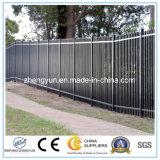パネルを囲う金属の鋼鉄柵