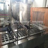 Remplissage de cuvette de l'eau minérale de nourriture et machine sanitaires de cachetage