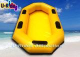 Barco inflável da água na corrediça do parque da água