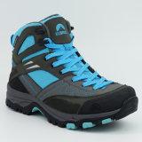 人のための靴をハイキングする本革