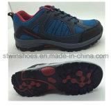 Les chaussures sportives d'hommes folâtrent les chaussures extérieures