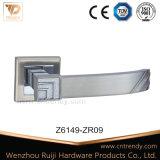 Сделанный по образцу цинк/Zamak и алюминиевая ручка двери с двойным цветом (Z6152-ZR09)