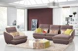 普及したソファーは居間の家具のためにセットした