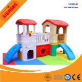 遊園地の運動場の子供のプラスチック小さい人形の家