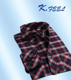 Chemise noire et rouge d'homme de flanelle avec de doubles poches de poitrine