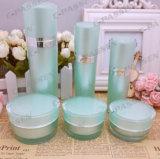 アクリルのクリーム色の瓶(PPC-ACJ-061)を包む緑の贅沢な化粧品