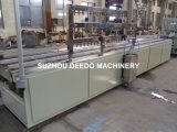 Trunking do fio elétrico do PVC que faz a máquina