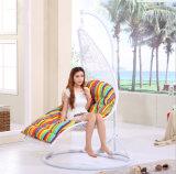 円形のハングの振動椅子の白い屋外の椅子