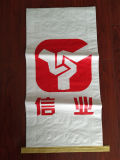 Упаковывая сплетенный мешок для порошка замазки