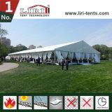 Hochzeits-Zelt mit Dekorationen für im Freienhochzeits-Ereignis