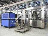 Terminar as bebidas Carbonated que enchem a linha com a máquina de mistura da bebida