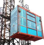 I materiali sollevano per il cantiere, magazzino con il pannello di controllo a distanza