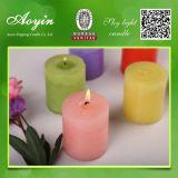 El pilar mira al trasluz la vela decorativa de la iglesia de la vela con diverso color