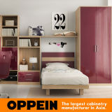 Les meubles de la chambre à coucher de l'adolescente rêveuse ont placé (OP16-KID06)