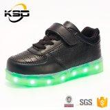 Caliente vendiendo 2016 zapatos ligeros de cuero respirables de la alta calidad de la batería del zapato LED Reachargeable del deporte de los cabritos de la PU