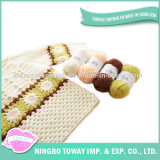 Mulheres novas que fazem malha a camisola do Crochet da combinação de cor de lãs