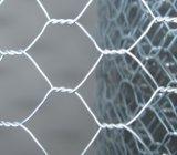金網の網か電流を通された及びPVC上塗を施してある六角形の金網