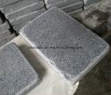 Gestolperter Andesit-grauer Basalt-Kopfstein und Würfel für Landschaft