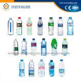 Máquina de engarrafamento pura bebendo da água mineral