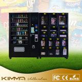 L'adulto gioca il distributore automatico con la gestione in linea