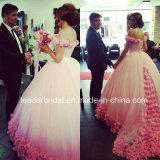 A cor-de-rosa floresce vestidos de esfera nupciais fora do vestido de casamento Hb196 do ombro