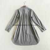 Camisa larga asimétrica rayada del `S de las mujeres