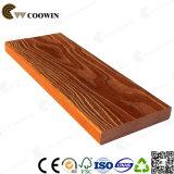 Plataforma composta de madeira das escadas do balcão