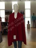 女性によって編まれるモンゴルのカシミヤ織のポンチョ