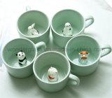 Piccola tazza di ceramica creativa del latte con il fumetto sveglio degli animali all'interno