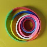 Il Wristband differente del silicone di formati di abitudine con i campioni liberi e progetta liberamente
